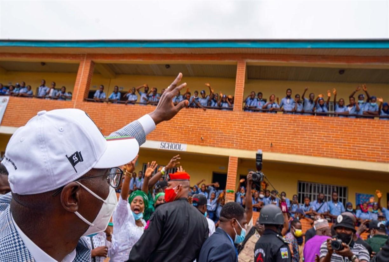 LagosGovernorGreetingPupils TDPelNews